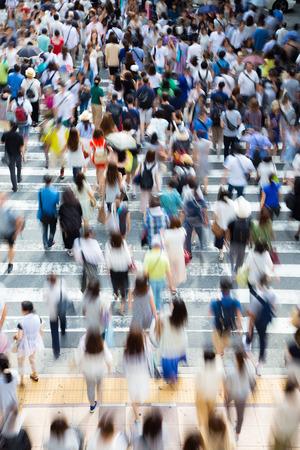 Gente asiática está cruzando el paso de peatones Foto de archivo - 72560659