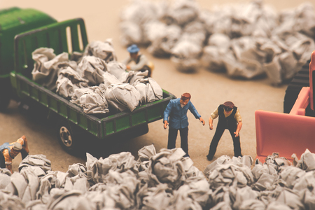 Garbage and miniature dolls Imagens