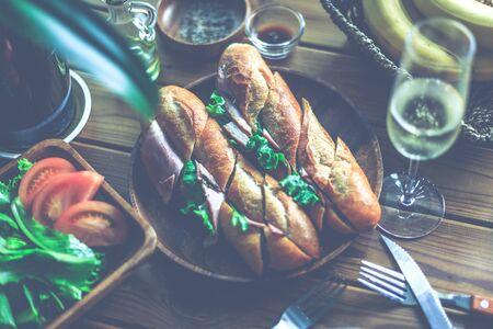 Cascroute de jambon et de laitue Banque d'images - 79037867