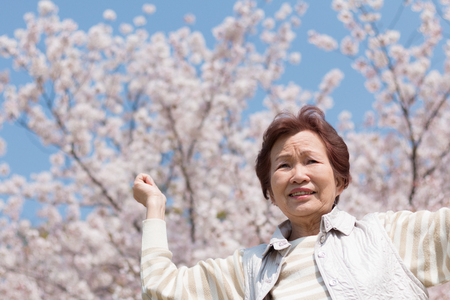 Senior women who walk in the outdoors