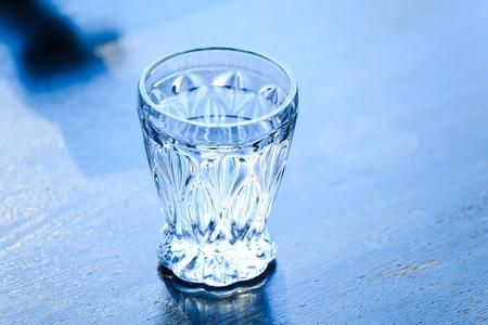 水でガラスのコップ