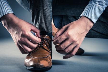 man tying shoelaces Imagens - 83251141
