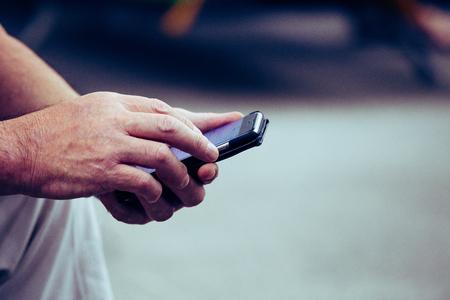 携帯電話を使用している人