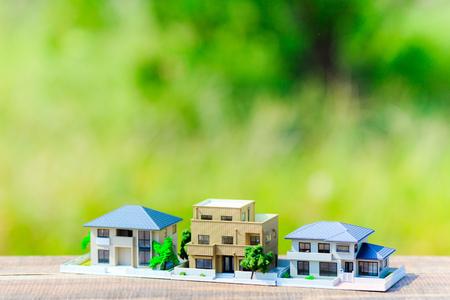 Huisvestingsmodel en groene onduidelijk beeldachtergrond Stockfoto