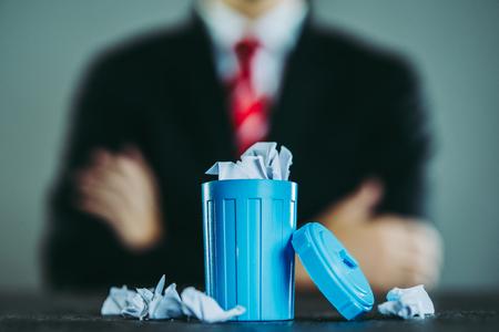 Homme d'affaires et poubelle Banque d'images - 89349498