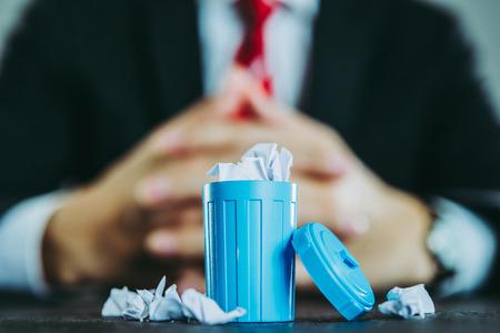 Zakenman en vuilnis