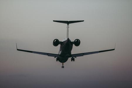 뒤쪽에서 비행기