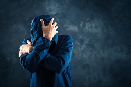 Mannen met donkere emoties