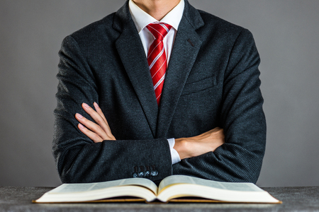 Empresário e livro, tiro ao estúdio
