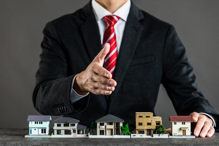 Empresario vendiendo casas