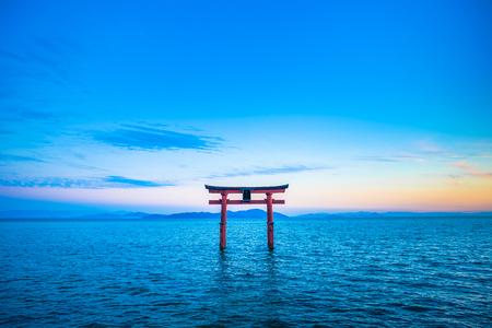 Torii e Lake Biwa, prefettura di Shiga in Giappone