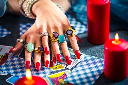 Weibliche Tarot Karten Glück sagen Standard-Bild - 91538493