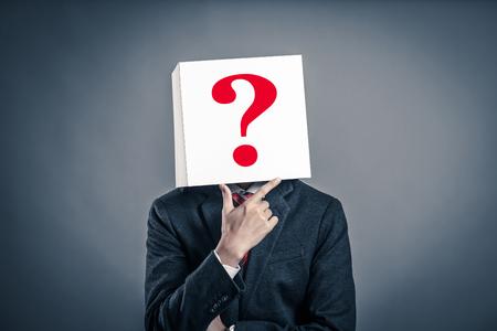 Geschäftsmann mit einer weißen Box Standard-Bild