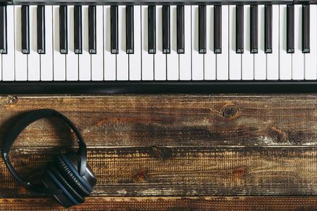 Piano electronico en la mesa de madera Foto de archivo