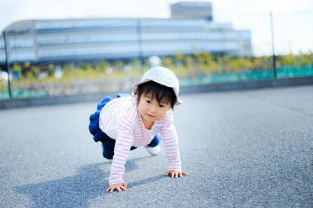 日本のかわいい子供たちが屋外で遊んでいる