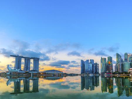 SINGAPUR, 17. Mai 2008: Blick auf die Skyline von Singapur. Gebäude des Finanzviertels und Sand der Marina Bay.