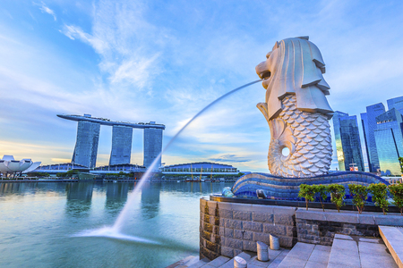 SINGAPORE, May 16,2018 : Merlion Park and financial district buildings in Singapore. Imagens - 101835526