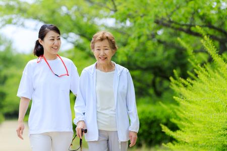 Ältere Frauen und Betreuer
