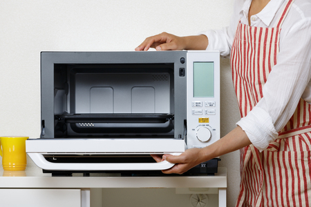 housewife who uses microwave oven