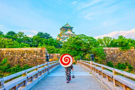 Japanese kimono and Osaka Castle Imagens - 105369271