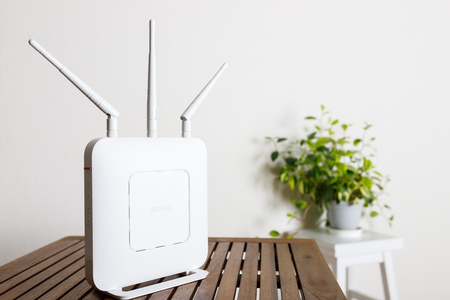 router apparaten op tafel