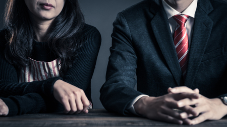 Relación de pareja, ama de casa y oficinista