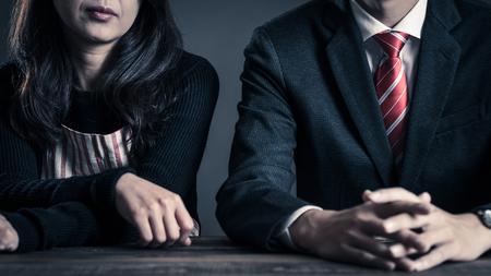 Relation de couple, femme au foyer et employé de bureau