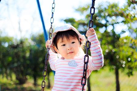 Simpatici bambini che giocano nel parco giochi Archivio Fotografico