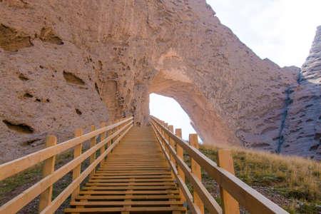 xinjiang: Les escaliers menant � l'arc de montagne dans xinjiang china