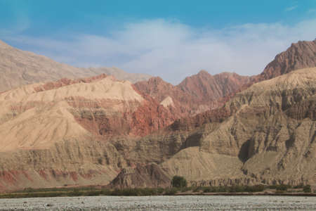 xinjiang: Colored mountain landscape with blue sky in Xinjiang China Banque d'images