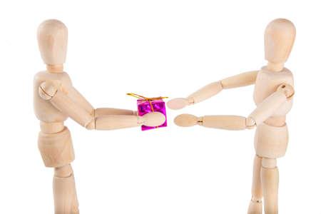 marioneta de madera: marioneta de madera da un regalo de color púrpura a otro títere