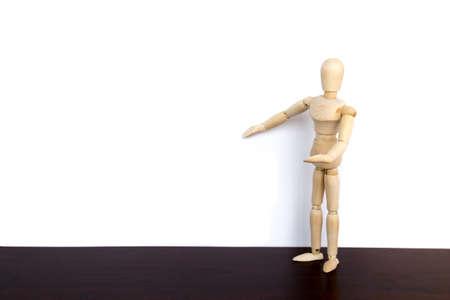 marioneta de madera: hombre de negocios presenta marioneta de madera en la pared