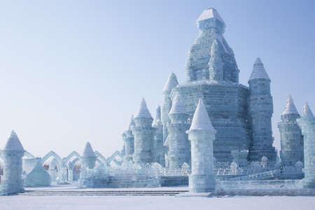 Harbin, China 2016: Ijs kasteel voor blauwe hemel verbazingwekkende architectuur op het ijs festival harbin op zon eiland Redactioneel