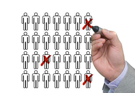 Mano di un uomo d'affari che attraversa fuori i lavoratori di lista con una penna rossa