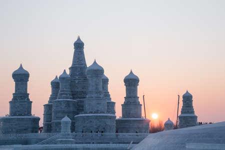 palacio ruso: Harbin, China 01212016 palacio de hielo de Rusia al atardecer en el festival de hielo en la isla del sol