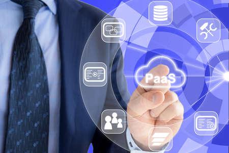 それは紺のスーツの専門家はサービスと周辺サービスのアイコンとして PaaS プラットフォームで輝く雲の記号を押してください。