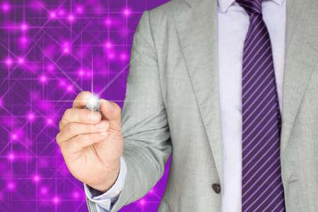 estrellas moradas: Hombre de negocios en un traje gris está dibujando un punto luminoso en la parte delantera de las estrellas púrpuras brillantes