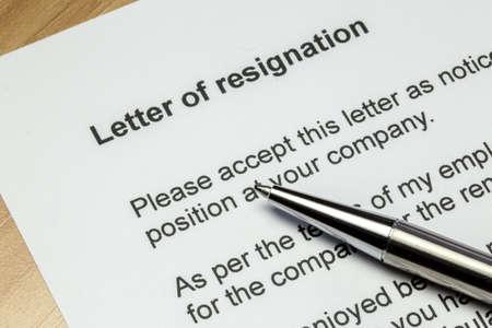 Lettre de démission agrandi avec un stylo en argent Banque d'images