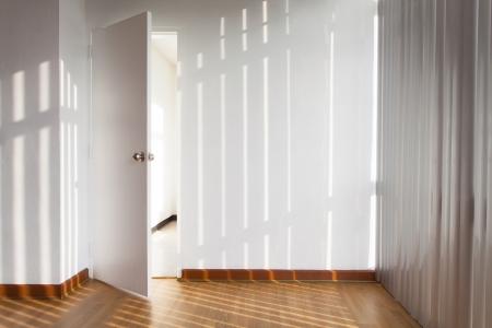 window shade: Puerta abierta en una habitaci�n con parasol Foto de archivo