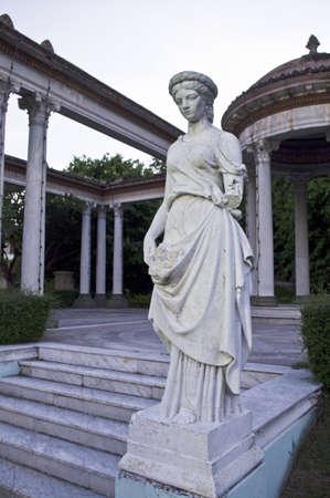 antique woman: mujer antigua estatua en el Parque Foto de archivo