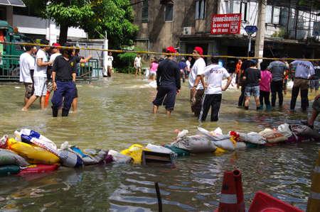 contaminacion ambiental: BANGKOK - 30 de octubre: Los residentes no identificados de Bangkok