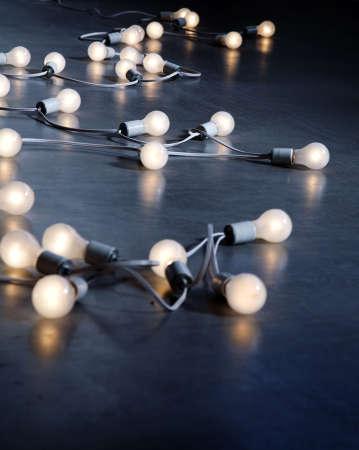 light bulbs: Cadena larga de bombillas de ahorro de energ�a se extendi� a trav�s de la cruj�a