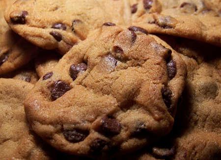 chuparse los dedos: Fotograf�a en color de dulce, chocolate chip cookies. Foto de archivo