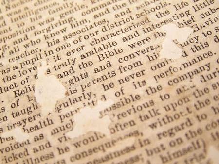 입력 된 텍스트로 빈티지 신문 클리핑입니다. 페이지는 낡고 노랗게되어 있으며 나이가 들어감에 따라 구멍이 있습니다.