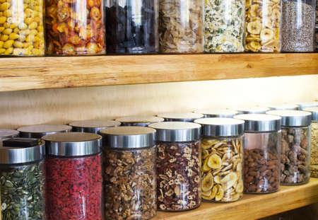 traditional chinese medicine: Las hierbas medicinales chinas y las soluciones en frascos