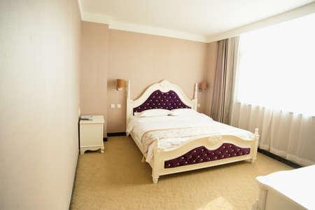 bedsheets: Camera da letto moderna interni con letto bianco con lenzuola e moquette beige