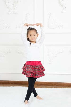 niños bailando: Una foto de una pequeña bailarina bailando sobre Foto de archivo