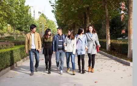 estudiantes adultos: Estudiantes felices están tomando en la avenida de la escuela Foto de archivo