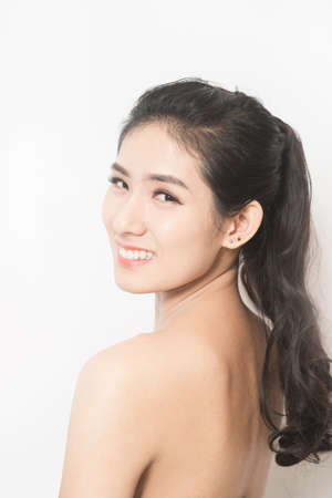 tratamientos corporales: Retrato de detalle de la hermosa joven con la piel sana limpia en una cara Foto de archivo