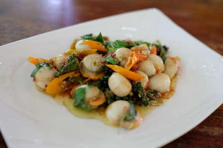 mariscos: Vieira caliente y picante frito con el chile y pimienta